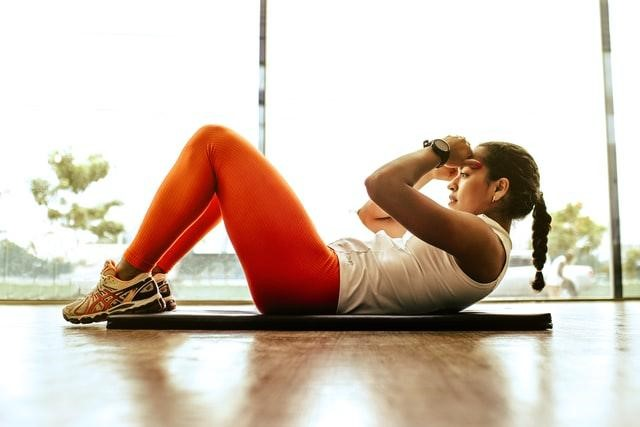 A woman exercising in moderation because she is aware of the most common diet mistakes and how to avoid them.